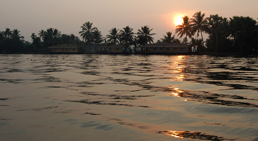 alleppey-sun-sets-behind-houseboats