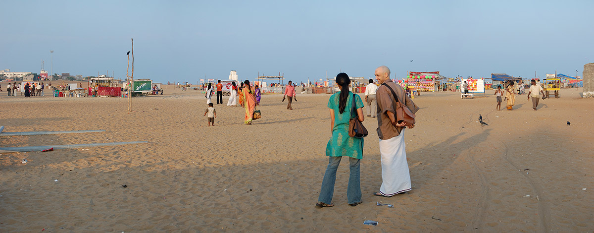 chitra-and-fugan-on-the-beach-in-chennai