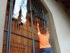 granada-children-hang-on-door